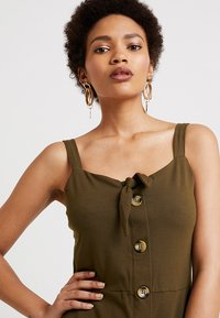 Dorothy Perkins - BUTTON THROUGH BOW CAMI - Žerzejové šaty - khaki - 5
