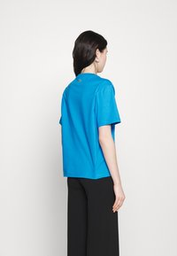Lacoste - LACOSTE X POLAROID  - Print T-shirt - fiji - 2