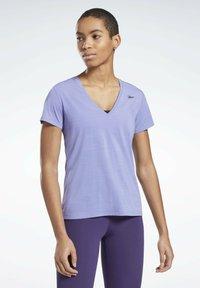Reebok - ONE SERIES ACTIVCHILL - Print T-shirt - purple - 0