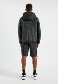 PULL&BEAR - Lehká bunda - mottled dark green - 2