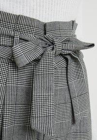 Vero Moda Tall - VMEVA LOOSE PAPERBAG CHECK PANT - Pantalon classique - grey/white - 5