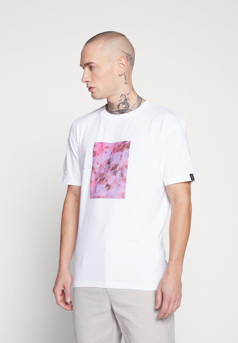 Common Kollectiv - UNISEX LOGO PRINTED BLOCK TEE - Print T-shirt - white