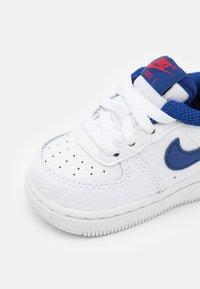 Nike Sportswear - FORCE 1 UNISEX - Baskets basses - white/deep royal blue/universiyt red - 5