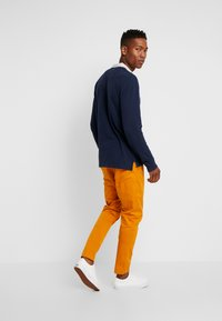 Tommy Jeans - SCANTON PANT - Chinot - inca gold - 2