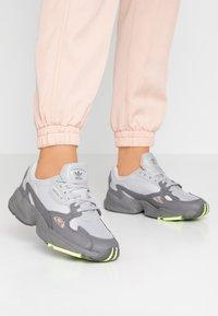 adidas Originals - FALCON - Sneakersy niskie - grey four/grey two/hi-res yellow - 0