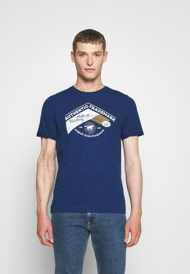 ALEX C - T-shirt med print - dark blue