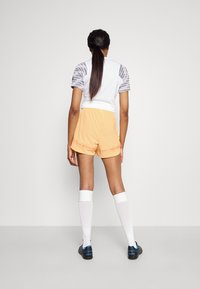 Nike Performance - FC SHORT - Short de sport - melon tint/white/habanero red - 2