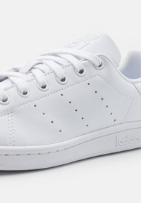 adidas Originals - SUSTAINABLE STAN SMITH UNISEX - Sneakers basse - footwear white/core black - 5
