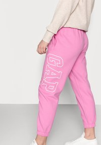 GAP Petite - EASY - Tracksuit bottoms - pink - 3