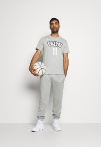 Nike Performance - NBA BROOKLYN NETS KYRIE IRVING NAME NUMBER TEE - Article de supporter - dark grey heather - 1