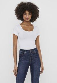 Vero Moda - 2 PACK - T-shirt - bas - bright white 2 - 3
