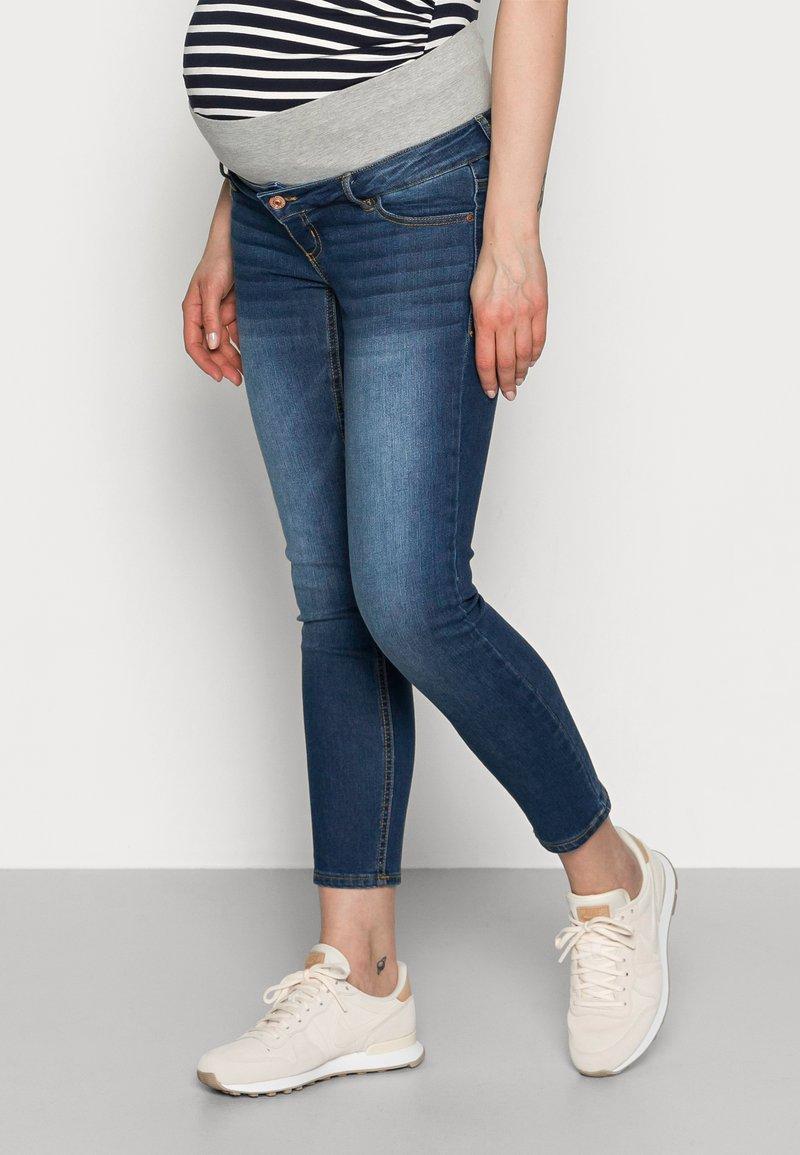 Pieces Maternity - PCMLILA - Jeans slim fit - dark blue denim
