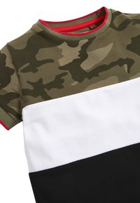Next - BLACK/GREEN CAMO COLOURBLOCK PIQUE T-SHIRT (3MTHS-7YRS) - T-shirt print - green