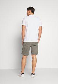 GAP - IN SOLID - Shorts - mesculen green - 2