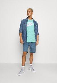 Nike Sportswear - TEE ICON FUTURA - Print T-shirt - tropical twist - 1