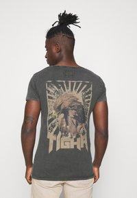 Tigha - VINTAGE EAGLE WREN - Print T-shirt - vintage stone grey - 2