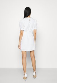 NA-KD - SMOCK DETAIL MINI DRESS - Vestido de cóctel - white - 2