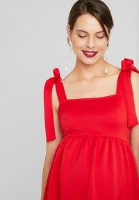 True Violet Maternity - PLUNGE BACK SKATER DRESS WITH BOW DETAIL - Sukienka z dżerseju - red - 4