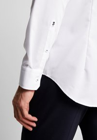 Seidensticker - SLIM FIT SPREAD KENT PATCH - Camicia elegante - white - 5