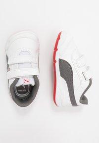 Puma - STEPFLEEX 2 UNISEX - Sportschoenen - white/castlerock/high risk red - 0