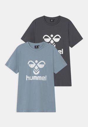 TRE DOUBLE 2 PACK UNISEX - T-shirt z nadrukiem - blue fog/ombre blue