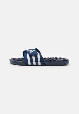 ADISSAGE UNISEX - Chanclas de baño - dark blue/footwear white