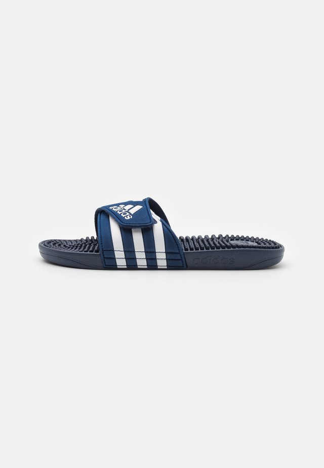 ADISSAGE UNISEX - Badslippers - dark blue/footwear white