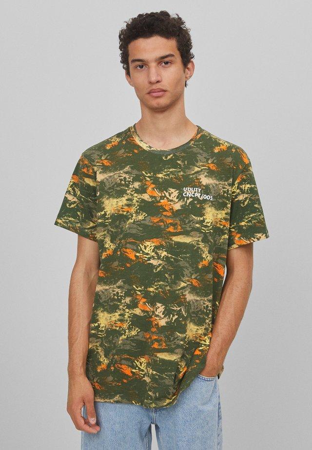 MIT CAMOUFLAGEPRINT  - T-shirt imprimé - green