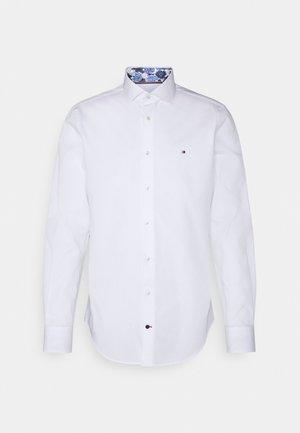 SOLID SLIM SHIRT - Formal shirt - custom color white