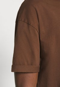 DRYKORN - THILO - Basic T-shirt - braun - 4