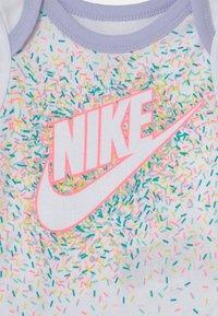 Nike Sportswear - SET - T-shirt imprimé - white/multi-coloured - 2