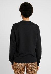 Nike Sportswear - W NSW ESSNTL CREW FLC - Sudadera - black/white - 2