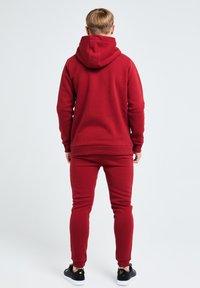 Illusive London Juniors - GRAVITY - Tracksuit bottoms - red - 2