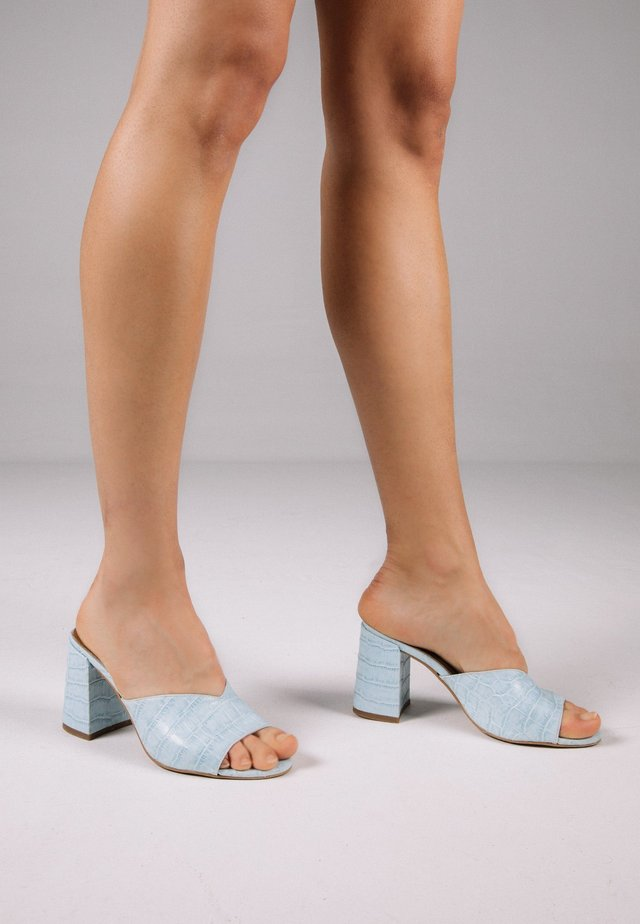 Peep toes - light blue