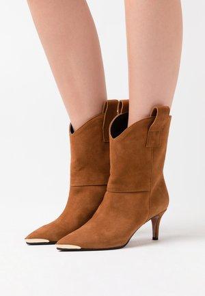 SARA  - Cowboy/biker ankle boot - sauro