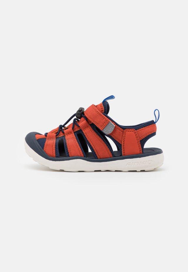 PELTO UNISEX - Chodecké sandály - chili/navy
