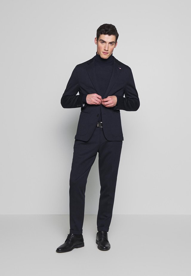 PACKABLE SLIM FLEX STRIPE SUIT - Completo - blue