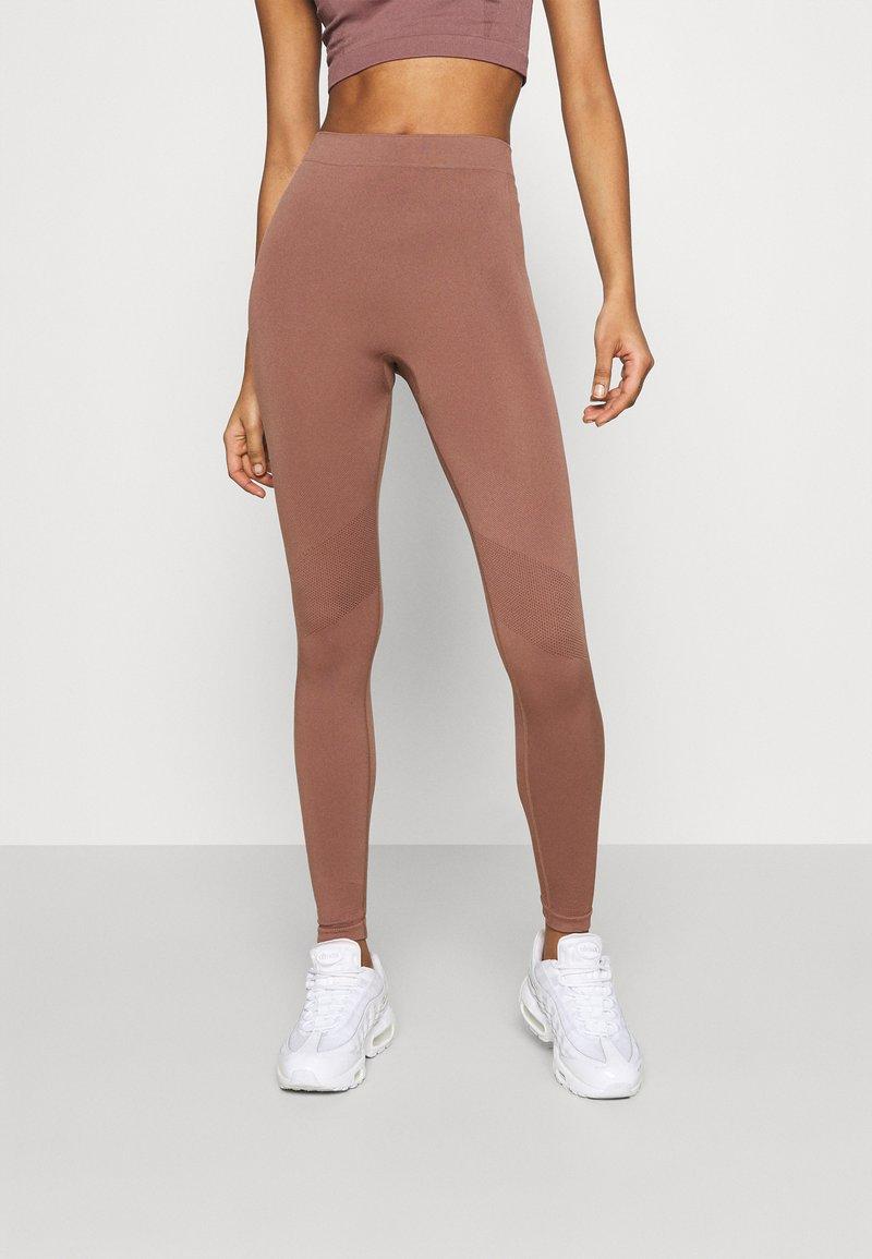 Weekday - CELESTIA SEAMLESS TIGHTS - Leggings - Trousers - brown plum