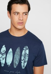 Esprit - FEATHER - T-shirt con stampa - navy - 4