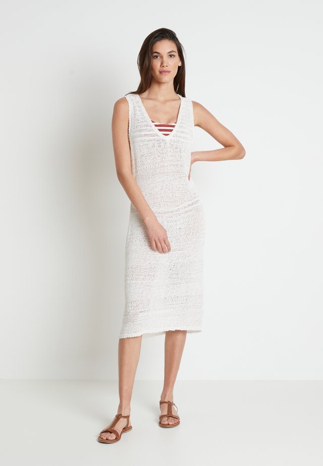 EMMY BEACH DRESS - Sukienka dzianinowa - chalk