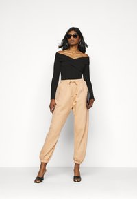 Missguided Petite - 90S JOGGERS - Tracksuit bottoms - tan - 1