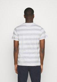 Tommy Jeans - HEATHER STRIPE TEE - T-shirt z nadrukiem - white - 2