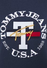 Tommy Jeans - REGULAR TWISTED LOGO CREW - Sweatshirt - twilight navy - 6