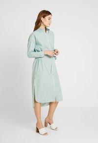 Scotch & Soda - CLEAN DRESS WITH PRESS BUTTONS - Košilové šaty - light green - 0