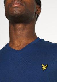 Lyle & Scott - V NECK - T-shirt - bas - indigo - 6