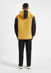 PULL&BEAR - MIT BAUCHTASCHE - Light jacket - yellow - 2