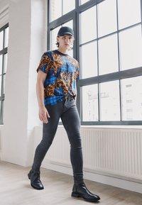 Versace Jeans Couture - MEDIUM WASH - Straight leg jeans - black - 2