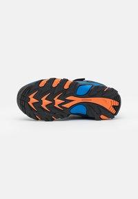 Hi-Tec - BLACKOUT LOW JR UNISEX - Vaelluskengät - navy/orange/lake blue - 4