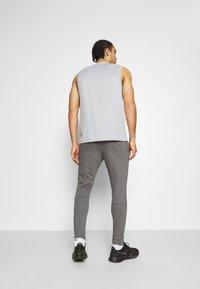 Nike Performance - PANT TAPER - Trainingsbroek - charcoal heather/black - 2