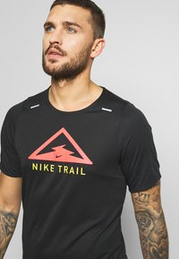 Nike Performance - RISE TRAIL - Printtipaita - black/laser crimson - 3